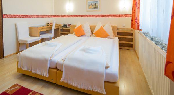 Doppelzimmer im Hotel Zlami-Holzer in Klagenfurt in der Farbe Orange