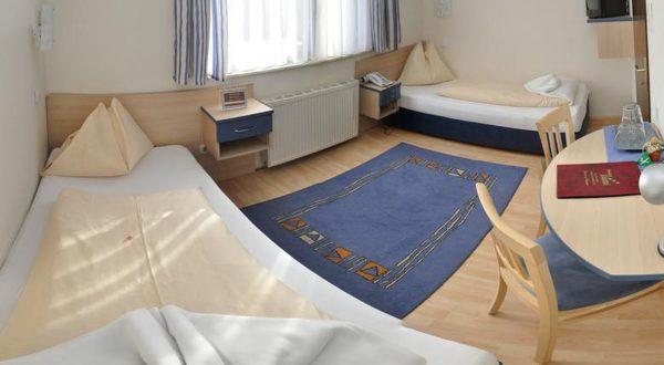 Zweibettzimmer im Hotel Zlami-Holzer in der Farbe Blau