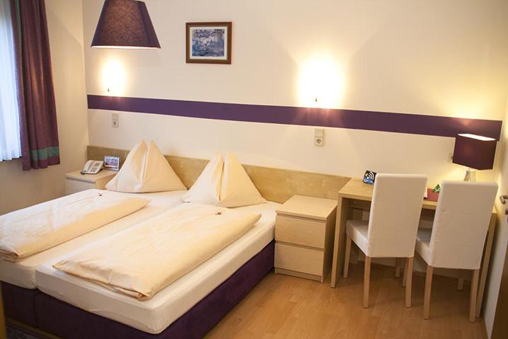 Doppelzimmer im Hotel Zlami-Holzer in Klagenfurt in der Farbe Violett