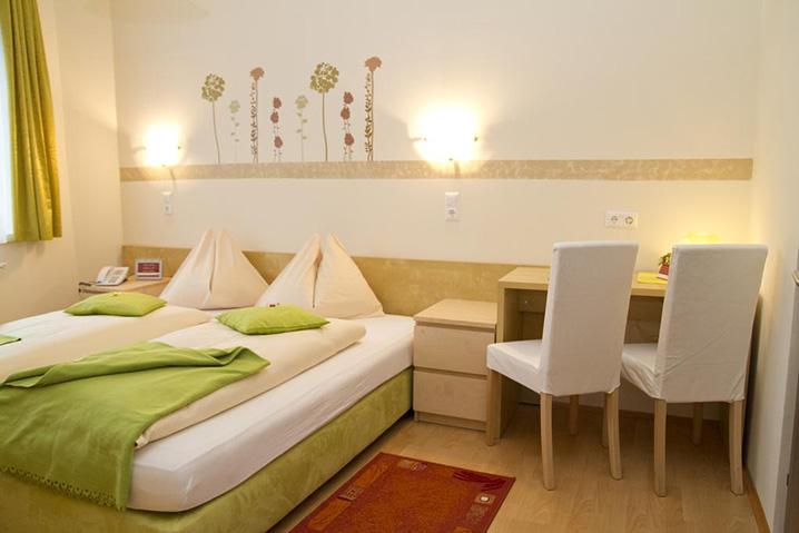 Doppelzimmer im Hotel Zlami-Holzer in der Farbe Grün