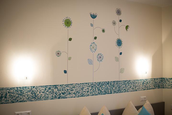 Dreibettzimmer im Hotel Zlami-Holzer mit liebervoller Dekoration