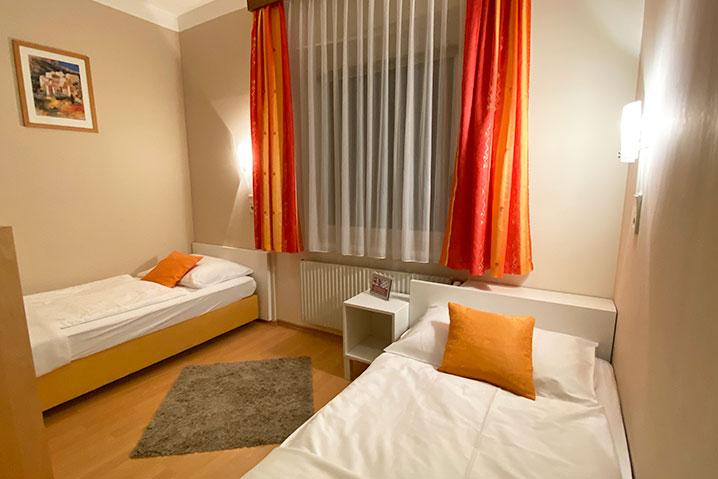 Zweibettzimmer im Hotel-Zlami Holzer in orange