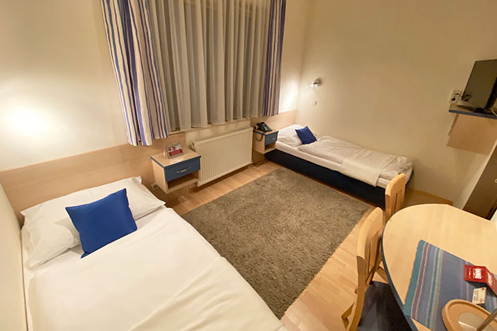 Zweibettzimmer im Hotel-Zlami Holzer in dunkelblau